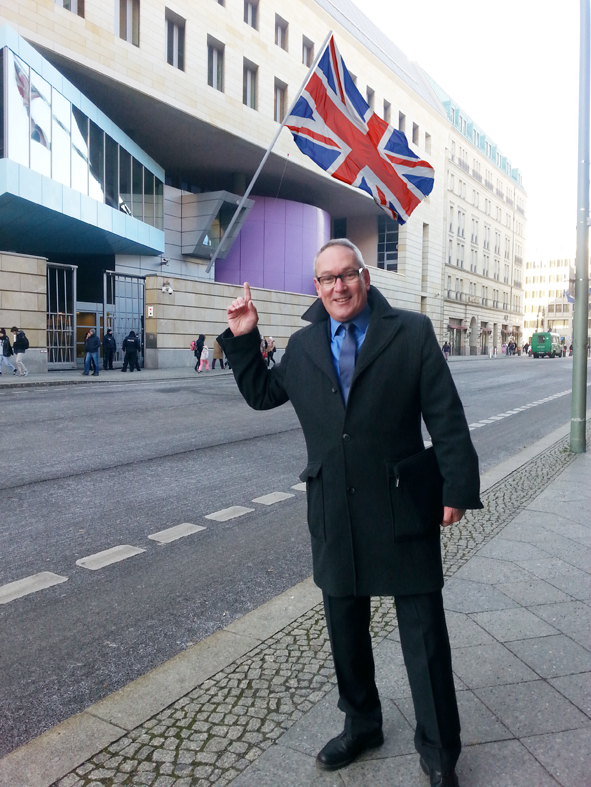 Ulrich Deickert vor Britischer Botschaft, Berlin